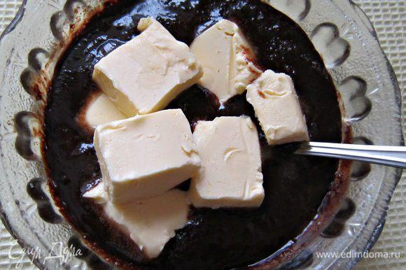 Затем добавить размягчённое сливочное масло и хорошо размешать.