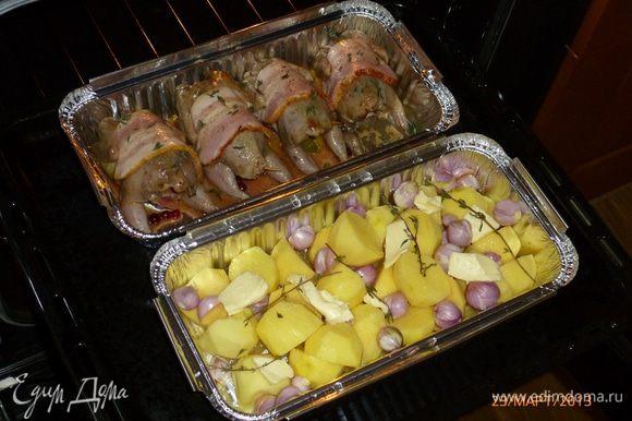 """Приправим перепелов свежим тимьяном, к картофелю добавим кусочки сливочного масла и """"голые"""" веточки тимьяна для аромата. Отправляем в духовку, разогретую до 180 градусов, перепелов на 30 мин., картофель - до готовности."""