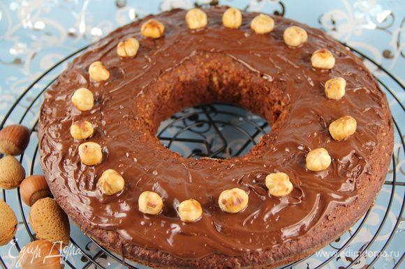 Для украшения растапливаем на водяной бане шоколад и поливаем или обмазываем им пирог. Или можно его полить шоколадной глазурью. Украшаем фундуком произвольно.