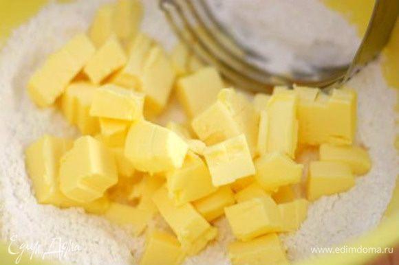Муку просеять, положить порезанный кусочками холодный маргарин.