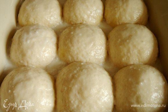 Духовку разогреть до 180-200*С. Кокосовое молоко смешать с сахаром и залить им булки так, чтобы поверхность была полностью покрыта смесью.
