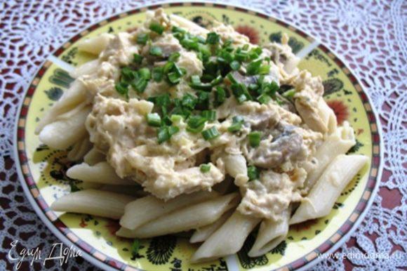 Выложить готовые макароны на тарелку, сверху положить соус, посыпать твердым сыром (при желании), украсить зеленью. Откупорить бутылку вина и устроить романтический ужин.