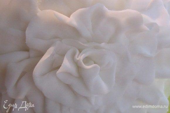 Вот такой получается цветочек из рюшек.