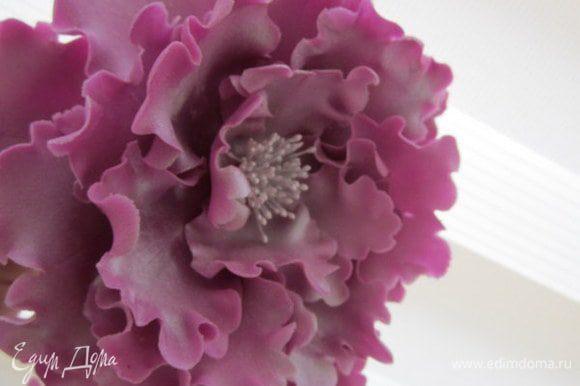 Цветок украсит верх торта. Цветок тоже сделанный из мастики.