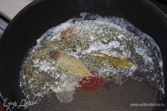 Готовим начинку. Растопим две столовых ложки сл. масла, добавим лавровый лист, тимьян, соль, перец, перемешайте и вылейте в какую-нибудь емкость.