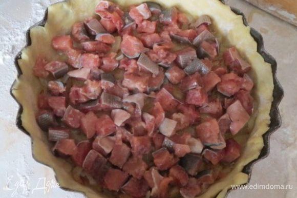 На тесто равномерно распределить жареный лук, сверху выложить рыбу.