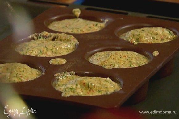 Небольшие формочки смазать оливковым маслом, разложить в них суфле и поместить в противень, наполовину заполненный горячей водой.
