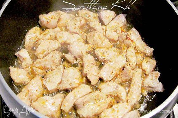 Картофель почистить и поставить варить. Нарезать куриное филе на мелкие кусочки, чем мельче, тем быстрее приготовится. В сотейник налить пару ложек растительного масла и выложить филе.Добавить соль, хмели-сунели, чили, паприку. Жарить 5 минут.