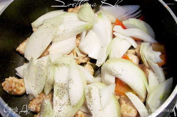 Добавить лук к куриному филе, посолить.