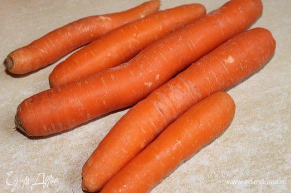 Теперь нам надо cвежую морковку почистить и натереть на мелкой терке.