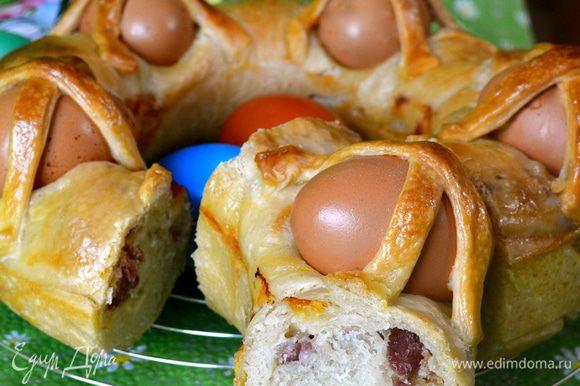 Получается вкусный праздничный хлебушек!!! Как правило, такой каравай (или его разновидности) являются центровым украшением праздничного пасхального стола!...