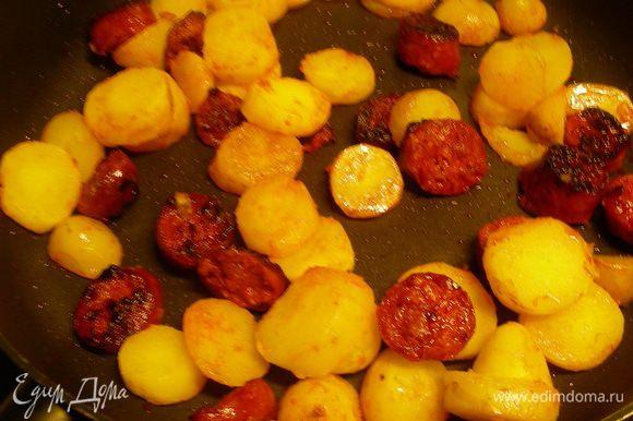 Добавляем картофель в сковороду и слегка обжариваем.