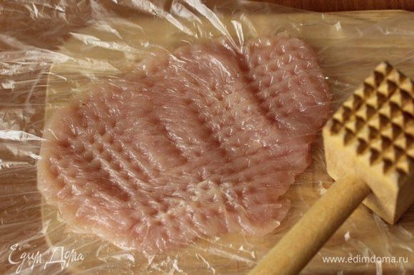 Положить между двумя листами пленки и хорошо отбить. Чем лучше отбито мясо, тем тоньше отбивные и соответственно - короче время приготовления.