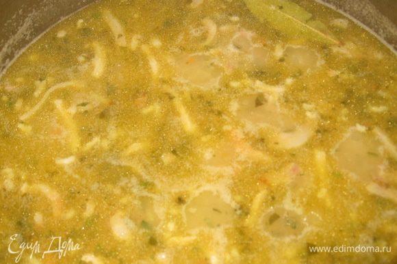 В кипящий бульон кладем горох и варим без добавления соли до готовности, затем добавляем овощи, соль, перец, лавровый лист, чеснок и варим еще 20 минут. При подаче разливаем в предварительно вырезанный хлеб.