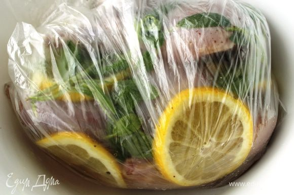 Пакет нужно периодически переворачивать, чтобы мясо равномерно промариновалось.