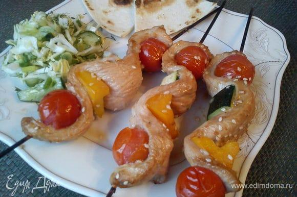 Пока мясо жарится, можно нарезать салат из капусты. Подавать мясо с салатом и питтой.