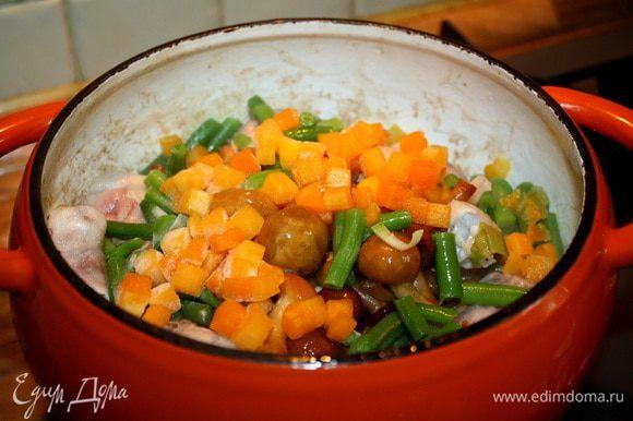 Добавить к курице грибы, порезанную на кусочки тыкву и фасоль. Посолить, поперчить и, пока готовится тесто, потушить маленьком огне.