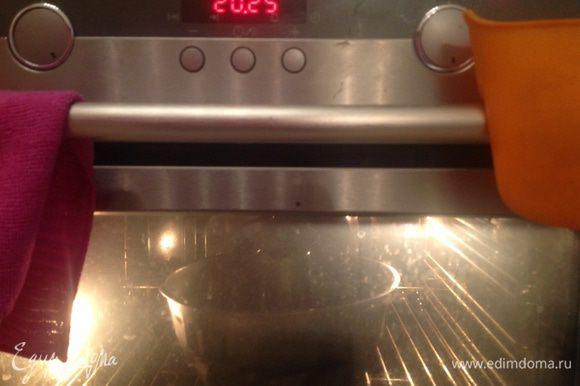 Поставить форму с тестом в предварительно разогретую до 180 градусов духовку и выпекать порядка 1 часа (я выпекаю на среднем уровне в режиме верхнего и нижнего нагрева, готовность проверяю деревянной лучиной).