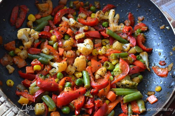 Болгарский перец нарезать кубиками. В сковороде хорошо разогреть растительное масло. Выложить замороженные овощи, не размораживая их и болгарский перец. Посолить, поперчить, добавить специи и травы на ваш вкус и жарить до готовности.