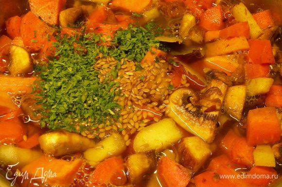 Вливаем бульон. Добавляем рис, лавровый лист, семя льна и петрушку. Готовим на медленном огне минут 30 до мягкости овощей и риса.