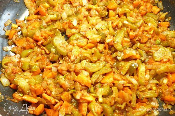 Убавляем огонь и выкладываем в сковородку,где обжаривалось мясо, сначала лук,обжариваем его минуты 3-4,затем добавить морковь и перемешиваем,обжариваем вместе с луком еще минут 5,выкладываем нарезанные соленые огурцы и обжариваем еще 2-3 минуты,затем добавляем томатную пасту и сахар,хорошо все перемешиваем и прогреваем еще 1-2 минуты.