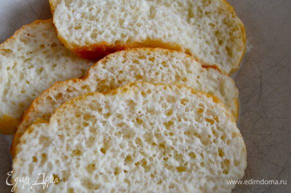 Ломтики хлеба замочить в молоке.
