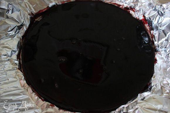 Вишневый сок подогрела положила в него набухший желатин. Прогрела пока он не распуститься. Дно рамки торта обернула фольгой. Вылила остывший сок и охладила. Сняла рамку.