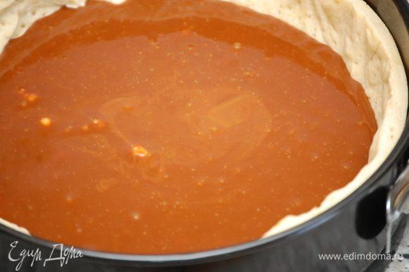 Снять с огня, добавить масло, тщательно перемешать и незамедлительно вылить на песочную основу. Остудить при комнатной температуре, после чего убрать в холодильник на 20-30 минут.