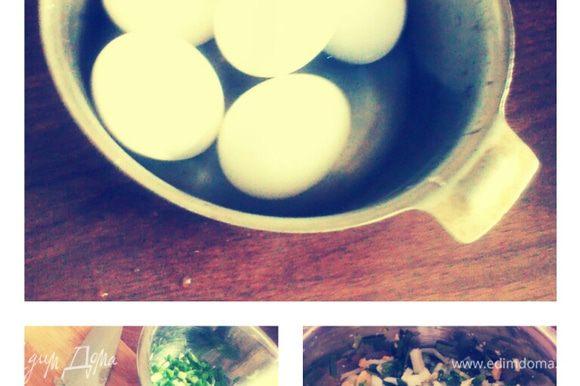 Яйца сварить. Лук нарезать мелко. Смешать в миске. Добавить соль .
