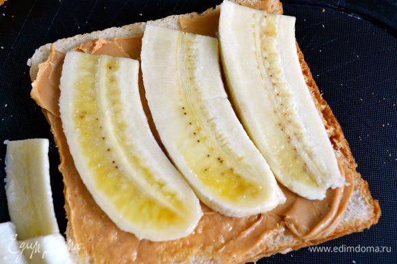На два ломтика хлеба уложить нарезанные бананы...,