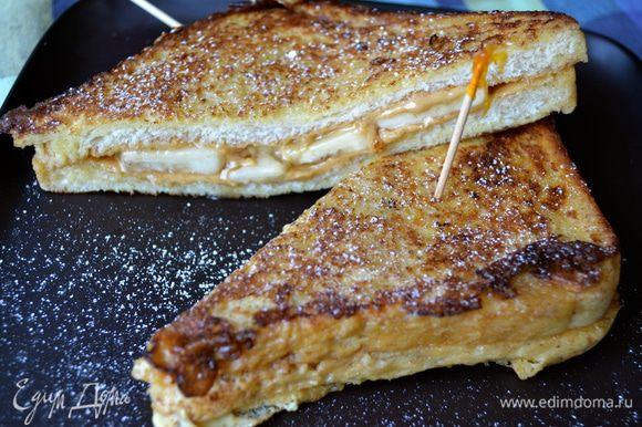 Готовые тосты разрезать пополам по диагонали, присыпать (по желанию) слегка сахарной пудрой и сразу же подавать!!!!