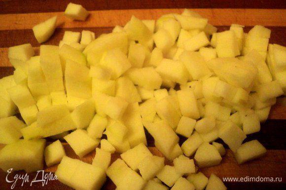 Яблоки почистить от кожицы и семян и нарезать кусочками. Изюм (у меня вяленая клюква) залить на 5 минут горячей водой.