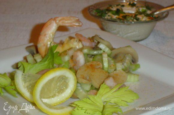 Отдельно готовим соус, к йогурту добавляем измельченный зеленый лук, солим и добавляем специи по вкусу, хорошенько перемешиваем.