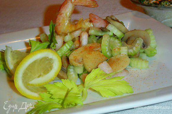 Соус подаем отдельно, а перед употреблением перемешиваем с салатом. Приятного аппетита!