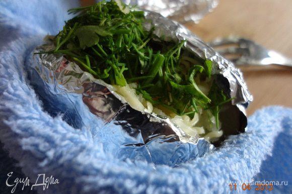 Затем щепотку тертого сыра и щепотку зелени. Немного вдавить начинку.