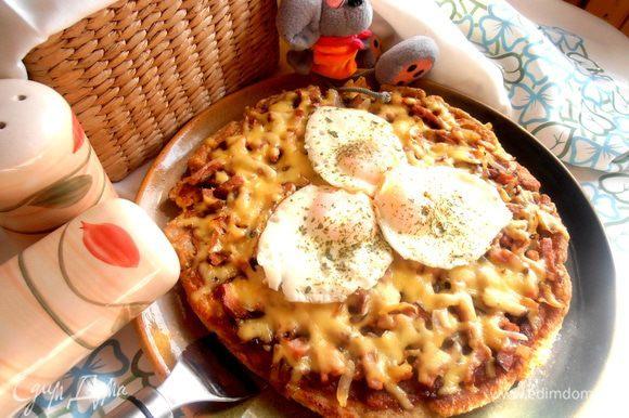 Переносим аккуратно на большое блюдо и ставим ароматнейшую галету-пиццу в центре стола!
