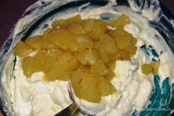 Соединить блендером творог, йогурт и сахар. Вмешать груши.