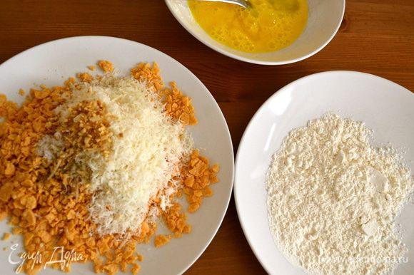 """Далее, по классической итальянской """"схеме"""" подготовки панировки для отбивных возьмем три тарелки. В одну насыпем муки, во вторую разобьем два яйца и размешаем их вилкой. В третью насыпем кукурузную крошку, к которой добавим хлопья сушеного лука (если Вы найдете эту специю, которая как нельзя лучше подходит к этому блюду!...), тертый твердый сыр и соль. (Обычно в третью емкость вместо кукурузных хлопьев насыпают панировочные сухари...)"""