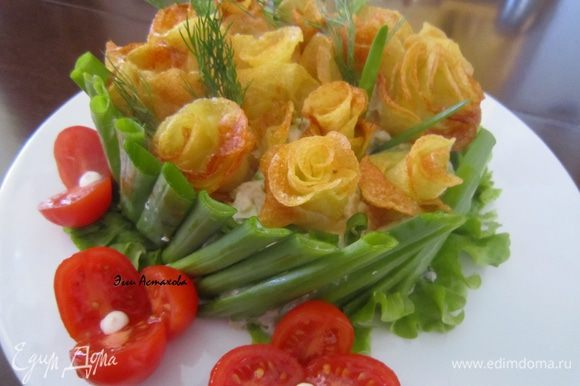 Сборка: все ингредиенты смешиваю и заправляю соусом-заправкой. Укладываю на листья салата горкой. По бокам выкладываю в наклон перышки зеленого лука – окантовка – «заборчик». Сверху вставляю картофельные розы, украшаю перышками лука и веточками укропа. Все, салат готов.