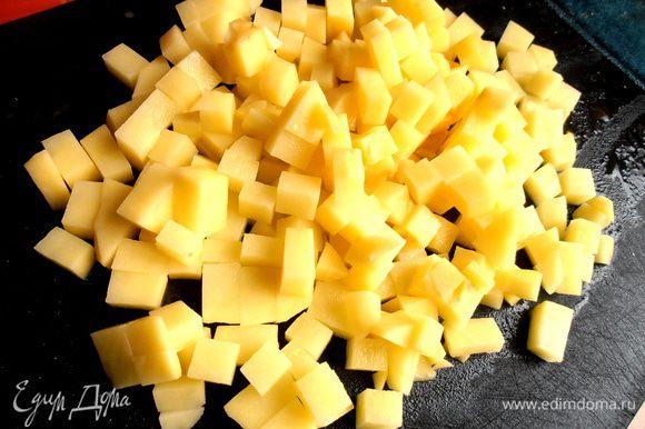 Картофель нарежем красивыми кубиками...