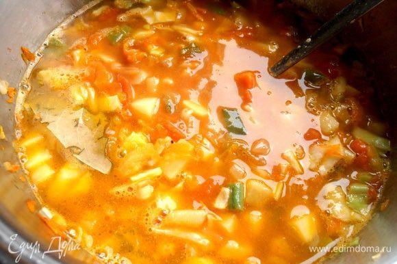 Заливаем водой,чтобы овощи плавали густо...Посолить и добавить лаврушку.