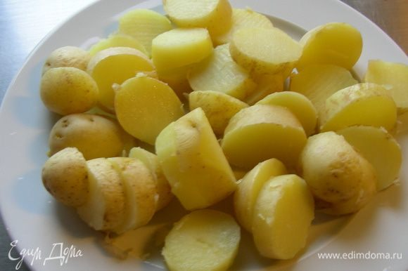 Картофель отвариваем до готовности и даем остыть (лучше выбирать вид картофеля, который не очень крахмалистый, чтобы он не разваливался, а держал форму). Чистим его и режем кружочками.