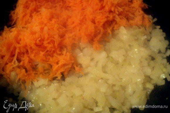 Для начинки: мелко порезать лук, измельчить на мелкой терке морковь. Пассировать на растительном масле вначале лук, затем добавить морковь, до мягкости. Охладить.