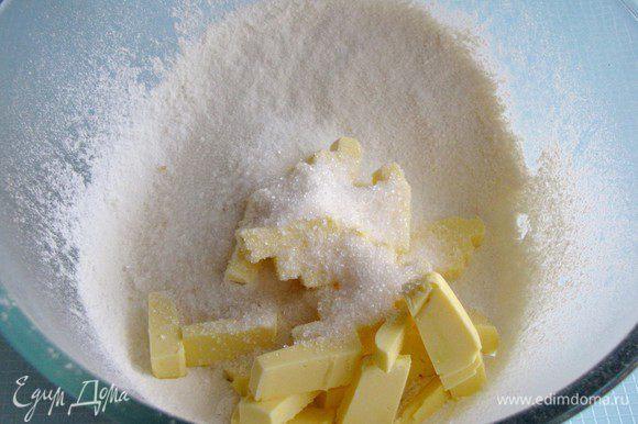 Просеянную муку, порубленное масло, сахарную пудру смешать, влить воду и замесить тесто. Если тесто крошится, можно добавить еще немного воды.