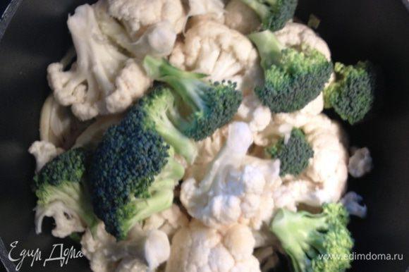 Цветную капусту и брокколи добавляем к фенхелю и луку.