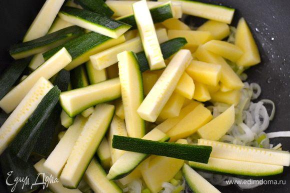 В сковороду с тяжелым дном налить немного оливкового масла и положить в сковороду сначала лук. Самое важное не зажаривать сильно овощи, поэтому время от времени помешиваем содержимое сковороды...и тушим овощи на слабом огне. Как только лук посветлеет, добавим к нему кабачок и картошку.