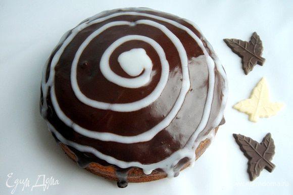 Выпекать кекс при 180*С около 50 минут. Готовый кекс 20-30 минут охлаждать в форме, а затем снять пергамент и переложить на решётку. Можно припудрить кекс сахарной пудрой, но красивее залить шоколадной глазурью. Для этого нужно разогреть сливки до кипения. В одной неполной ст.л. сливок растворить поломанный на кусочки белый шоколад, в оставшихся сливках- тёмный. Тёмной глазурью покрыть кекс, а белой нанести любой рисунок. Приятного чаепития!