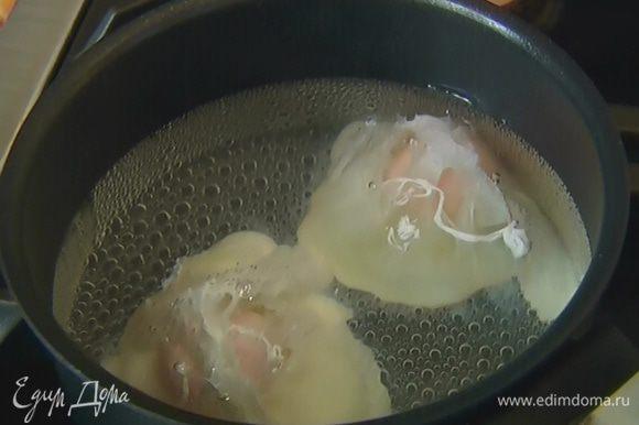 Вскипятить 500 мл воды, влить 1 ст. ложку уксуса и разбить яйца. Убавить огонь и варить 1–2 минуты, затем выложить яйца на бумажное полотенце.