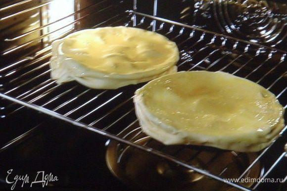 выпекать в разогретой духовке на решетке при 230 °( рекомендация на упаковке теста ) 20 - 30 мин.