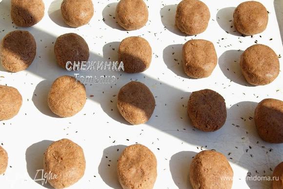 Из теста руками формируем шарики чуть больше грецкого ореха по величине и немного придавливаем их. Выкладываем на смазанный маслом противень.